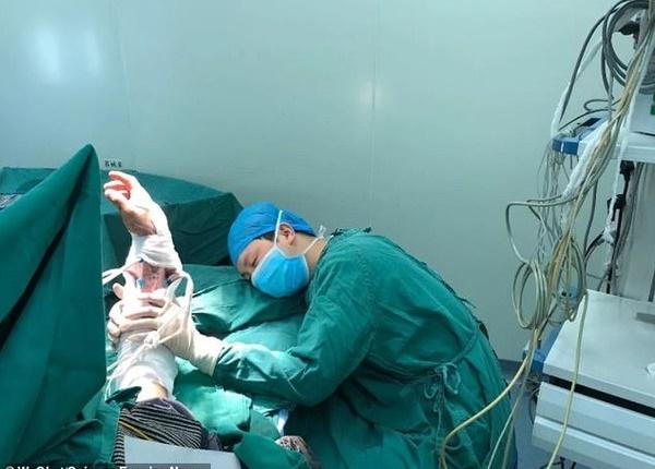 Xót xa: Bác sĩ mổ 6 ca liên tục trong 20 giờ ngủ gục bên giường bệnh