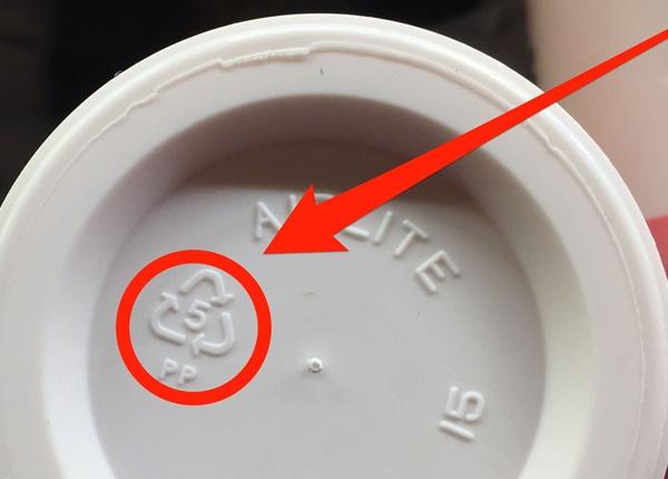 Chuyên gia lý giải ý nghĩa của những ký hiệu dưới đáy chai, hộp mà ít ai biết