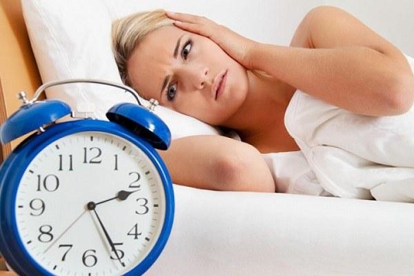 Dùng sữa nóng và nước ấm giúp bạn dễ ngủ hơn