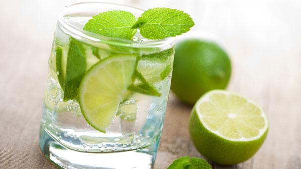 Nước uống chanh tươi có công dụng giải rượu
