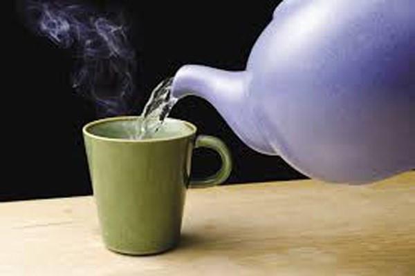 Uống nước nóng sau khi xoa bóp bấm huyết xong