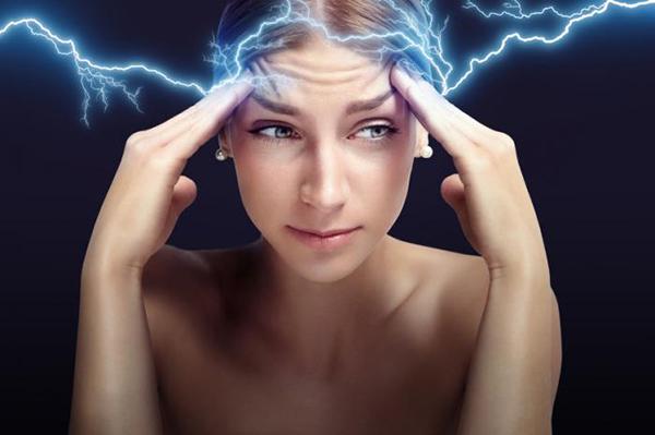 Bệnh nhân đau đầu dữ dội, sợ tiếng ồn và ánh sáng