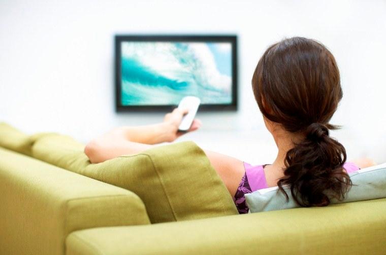 Đọc báo, xem ti vi giúp các mẹ thư giãn