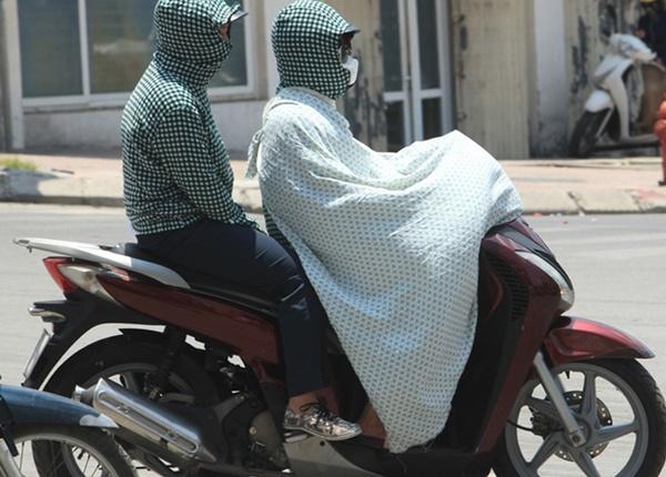 Mặc áo chống nắng khi ra ngoài