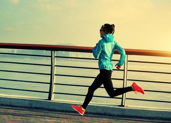 Tại sao sinh viên Y cần khởi động trước khi chạy bộ?