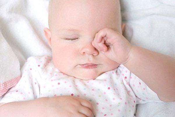 Mách mẹ cách ngăn ngừa thói quen dụi mắt ở trẻ