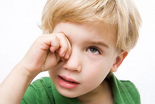 Có dị vật trong mắt khiến trẻ có thói quen dịu mắt
