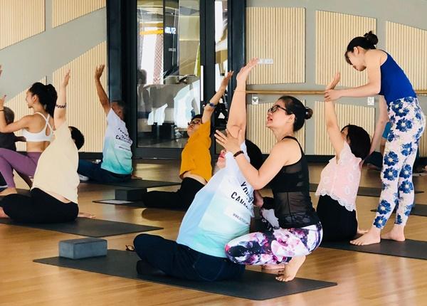 Nhờ người hướng dẫn tập Yoga để hạn chế chấn thương