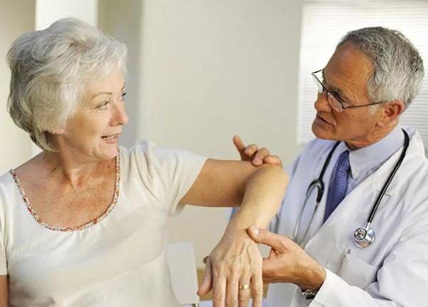 Khi có dấu hiệu nhức khớp, tê, mỏi hãy xoa bóp hoặc thoa dầu vị trí đau nhức