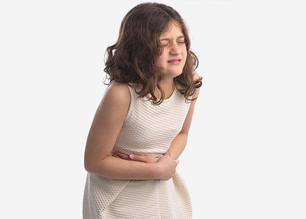 Thuốc Voltaren gây ra một số tác dụng phụ như buồn nôn, đau bụng