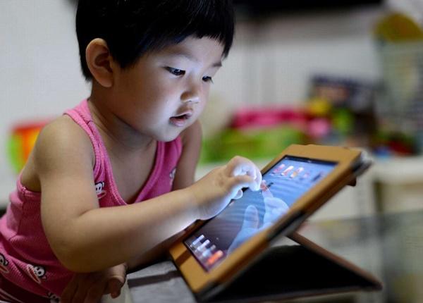 Điện thoại di động là công cụ tẩy não trẻ