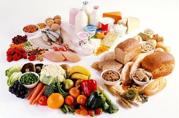 Khi đang bị nổi mề đay, bạn cần giảm ăn muối và đường