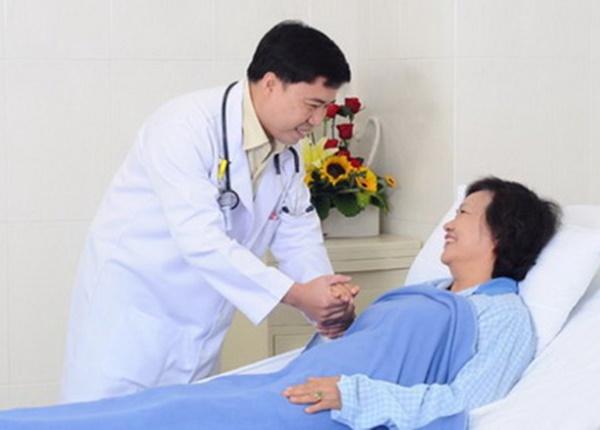Thầy thuốc luôn tận tâm vì sức khỏe của người bệnh