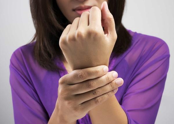 Cách xử lí chấn thương đau khớp cổ tay khi sinh viên Y tập thể hình