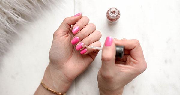 Trong thành phần của nước sơn móng tay có các sắc tố và bột màu tổng hợp