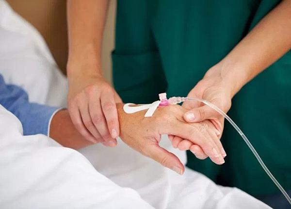Việc quyết định truyền nước với người cao tuổi phụ thuộc vào quyết định của bác sỹ
