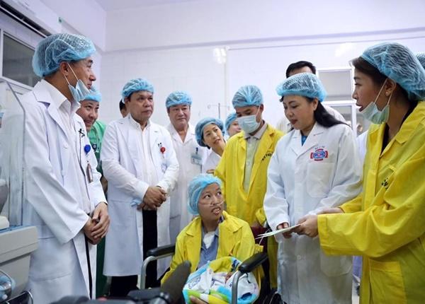 Bộ trưởng Bộ Y tế Nguyễn Thị Kim Tiến (bên phải) đã trao tặng quà cho gia đình bệnh nhân Liên với lời chúc chị sớm bình phục