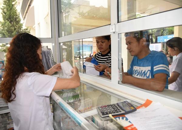 Người dân mua thuốc theo đơn tại quầy thuốc Bệnh viện Đa khoa Hà Đông. Ảnh: Hữu Tiệp
