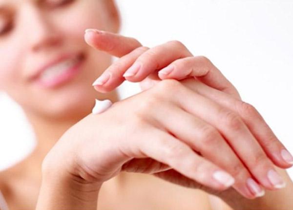 Bạn nên rửa tay trước và thoa một lớp mỏng thuốc lên vùng da bị tổn thương