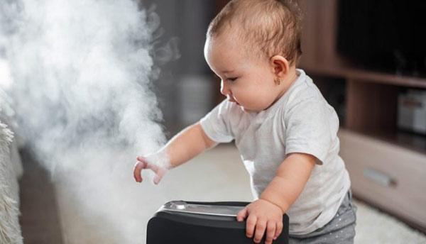 Mẹ không nên cho trẻ ra ngoài đột ngột, điều đó có thể khiến bé bị xốc nhiệt