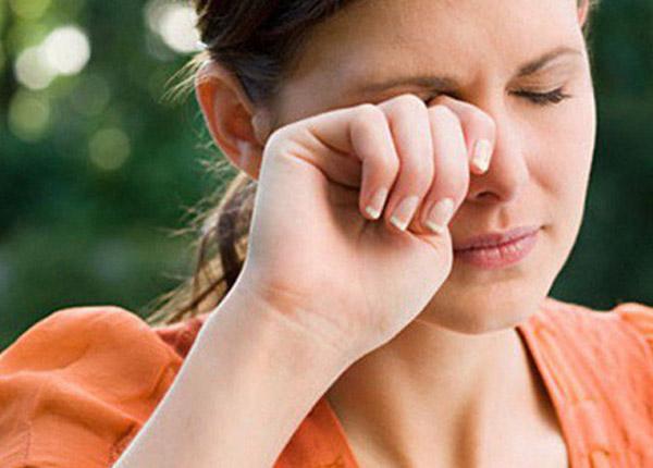 Nếu vô tình bôi thuốc vào mắt bạn nên rửa sạch bằng nước ngay lập tức