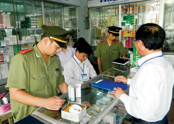 Cục Quản lý dược (Bộ Y tế) đã ban hành các quyết định đình chỉ lưu hành, thu hồi thuốc kém chất lượng, nhưng vấn đề kiểm tra, giám sát việc thu hồi còn rất khó khăn. Trong ảnh: Lực lượng chức năng kiểm tra tại một quầy thuốc.