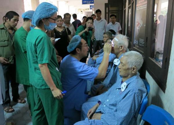 Bác sĩ nhãn khoa đã từ bỏ việc nhẹ lương cao ở Nhật để về Việt Nam chữa bệnh