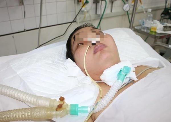 Khi được chuyển đến Bệnh viện Bệnh Nhiệt Đới, bệnh nhân đã rơi vào hôn mê sâu, nguy kịch.