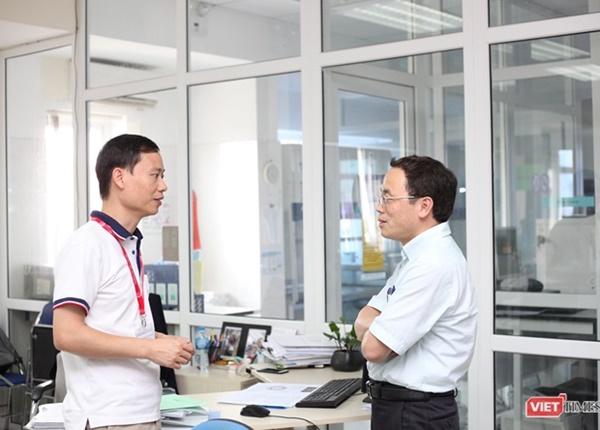 GS.TS. Tạ Thành Văn - Hiệu trưởng Trường Đại học Y Hà Nội trao đổi với PGS.TS Trần Huy Thịnh.