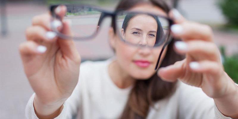 Mắt kém là bệnh phổ biến ở nhiều người