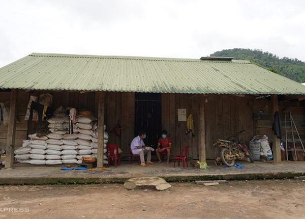 Nhân viên y tế điều tra dịch tễ, lấy mẫu xét nghiệm người dân ở ổ dịch bạch hầu tại Đăk Nông. Ảnh: Trần Hóa